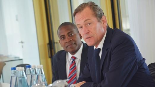 Carlos Watson (l.) und Mathias Doepfner (r.) bei einem Pressegespraech in Berlin